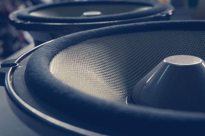 Factors to consider in choosing between 2-way or 3-way speaker